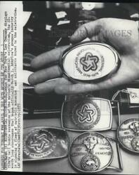 1976 Press Photo New Yorkand039s Lee Company Displays Belt Buckle Souvenirs