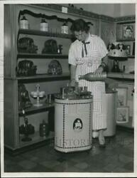 1933 Press Photo Louise Hess With Miniature Bar On Display At Gift Show Chicago