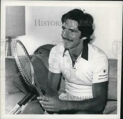 1981 Press Photo Tennis Pro Roger London Smiles While Sitting On Couch