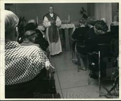 1968 Press Photo Father Cannon Heads Mass At St. Stephenand039s Church - Noc99331