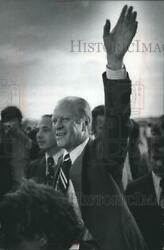 1975 Press Photo Gerald Ford Waves Goodbye At The Airport Milwaukee, Wisconsin