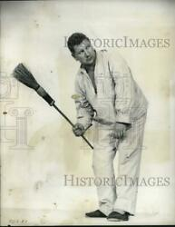 1959 Press Photo Actor Peter Ustinov Poses With Broom - Syp33782