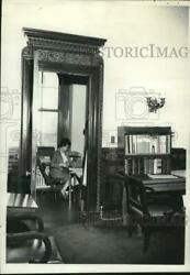 1967 Press Photo Governor Levander Broom-closet Office In State Capitol Offices