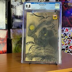 Black Panther #25 2021 CGC 9.8 White Pages Peach Momoko Stormbreakers Variant