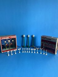 Lionel 3 Operting Street Lamps 6-2170 And 14 Pieces Detailed Road Signs 6-2180