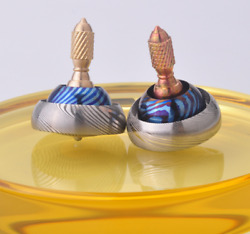 New Titanium+tima Damascus Hand Twisting Spinning Top Gyro Gyroscope Spinner Toy