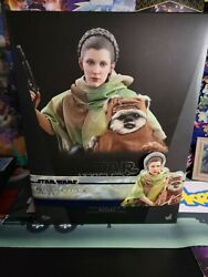 Princess Leia And Wicket Hot Toy + 2021 Topps Signature Series Signed Card