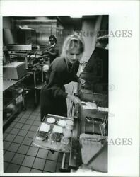 1986 Press Photo Jorhee In Charge Of Training At Mcdonalds On 4th Ave 8x10
