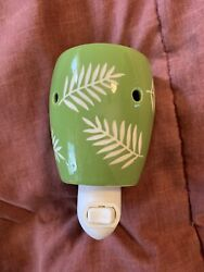 Scentsy Plug in Warmer Green w White Leaves