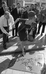 8b03-072 Debbie Reynolds Puts Hands Feet In Cement Chinese Theatre 8b03-072