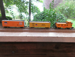 3 N Scale Bachmann Union Pacific 2 Box Cars And Caboose 3824