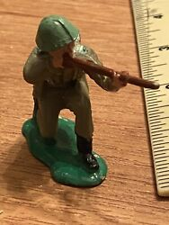 Vintage Crescent Toy Soldier W/gun Rifle Plastic Made In England 1.5 Inch Tall