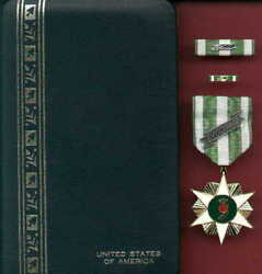 Vietnam Campaign Medal In Case With 60 Device With Ribbon Bar And Lapel Pin Rvn