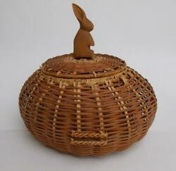 Vintage Large 12 Round Woven Sewing Basket W/lid And Wood Hand Carved Rabbit