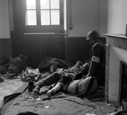 Ww2 Photo Wwii Us Army Medic And Wounded German Normandy World War Two / 1647