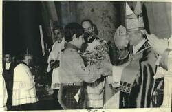 1971 Press Photo Pope Paul Vi Hands Olive Branch To Boy Scout In Vatican City