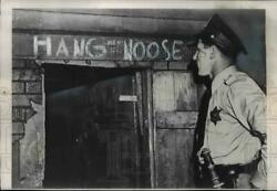 1949 Press Photo Police Study Writing Over Door Where Thomas Laux Found Dead