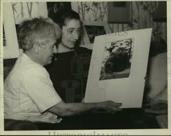 1940 Press Photo Alice Morgan Wright And Mrs. Walter Schonmaker Admire Painting
