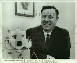 1969 Press Photo Dr. Wilmont N. Hess, The Key To Earth's Origin Lies On The Moon