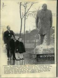 1972 Press Photo Winston Churchill Stood With Children At Statue Of Grandfather