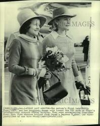 1975 Press Photo First Lady Betty Ford And Daughter Susan Enter Tokyo's Airport