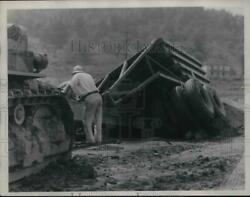 1935 Press Photo Piedmont Dam Site 50 Ton Trailer Caved In Soft Bank Of Creek