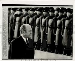 1975 Press Photo President Ford Looks At Honor Guard At Airport In Peking, China