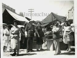 1954 Press Photo Police And Correspondent Olga Curtis At A Street Market In Brazil