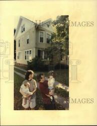 1990 Press Photo Mary Cape With Jack And Children At West Elm Street Home
