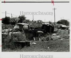 1971 Press Photo Junk Cars, Trash Litter Fidelity Street And Turnbow Lots, Texas