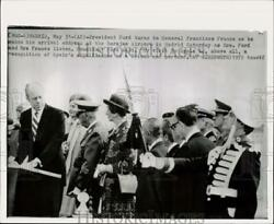 1975 Press Photo President Ford And General Francisco Franco At Airport In Madrid