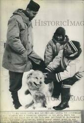 1945 Press Photo Former Boxer Joe Louis With Eskimos At Army Air Field In Canada
