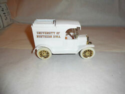 Ertl 9300 University Of Northern Iowa Le 1913 Model T Bank 1/25 Scale Nos
