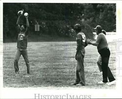 1980 Press Photo Beep Baseball Seans Mitchell Comes Up With The Ball For Amount