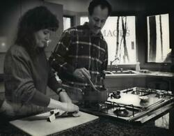 1989 Press Photo Patricia Curley And Husband Stepen Jacobs Do Some Cooking.