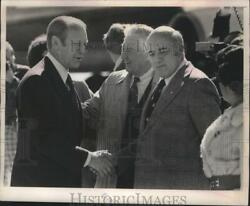 1976 Press Photo Gerald Ford, Governor Knowles, Others At Airport, Wisconsin.