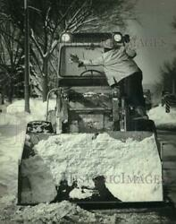 1982 Press Photo A City Worker Stops Plowing Long Enough To Clean His Windshield
