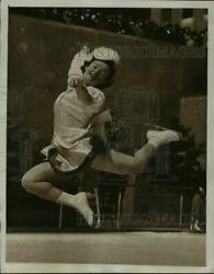 1941 Press Photo Audrey Peppe Figure Skating At Rockefeller Center In Nyc