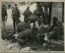 1975 Press Photo Swat Officers Take Down A Suspect As The Rest Of Team Looks On