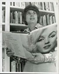 1976 Press Photo Author Laura Adams Reads Marilyn Monroe Book By Norman Mailer
