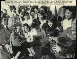 1976 Wire Photo Betty Ford Greeted At Seattle Tacoma Airport For Wash. Campaign