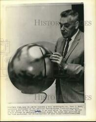 1965 Press Photo Astronomer Dr. Fred Hess Points To Model Of Mars In New York