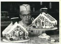 1989 Press Photo George Goebel Of Snowflake Bakery With Gingerbread Houses