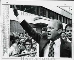 1975 Press Photo President Ford Waves To Supporters At Milwaukee Airport In Wi