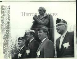 1969 Press Photo Veterans Stand With Statue Of George Washington At Valley Forge