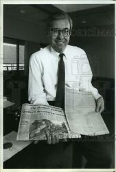 1989 Press Photo Hartford Courant Editor Michael Davies With 1789 Edition, Ct