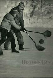1985 Press Photo The New Sport Is Broom Ball This Battle Is At Wilson Park
