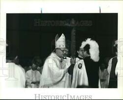 1991 Press Photo Houston Knights Of Columbus Give Cross To Bishop Fiorenza.