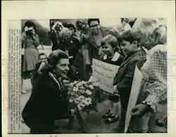 1974 Press Photo First Lady Betty Ford Greeted At Airport By Youngsters.