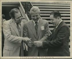 1973 Press Photo Picking A Winner-mayor's Day At The Races At The Fair Grounds